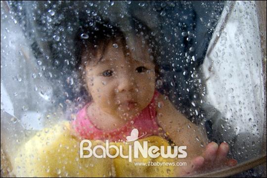 베이비뉴스 이기태 기자 = 비오는 날 유모차에 태우고 시장에 가던 중 빗방울에 호기심을 보이는 둘째 딸아이를 담았다.(감도 640, 셔터속도 1/50초, 조리개 f4.5)likitae@ibabynews.com ⓒ베이비뉴스
