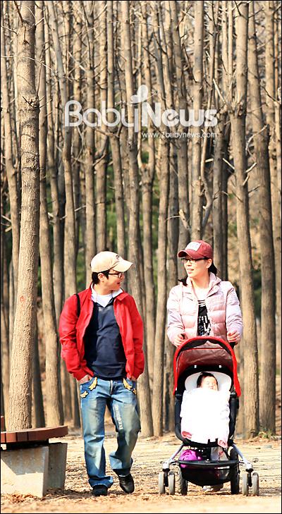 베이비뉴스 이기태 기자 = 최근 아빠가 된 김성훈(37) 씨가 평일 하루 휴가를 내고 생후 5개월된 아들(태명 뚝딱이)과 아내 권민경(33) 씨와 함께 서울 광진구 서울숲 메타스퀘어 길을 산책하며 즐거운 한때를 보내고 있다. likitae@ibabynews.com ⓒ베이비뉴스