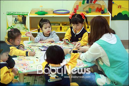 베이비뉴스 이기태 기자 = 행복이가득한어린이집 달빛반 곽미혜 보육선생님이 아이들과교재를 보며수업을 하고 있습니다.likitae@ibabynews.com ⓒ베이비뉴스