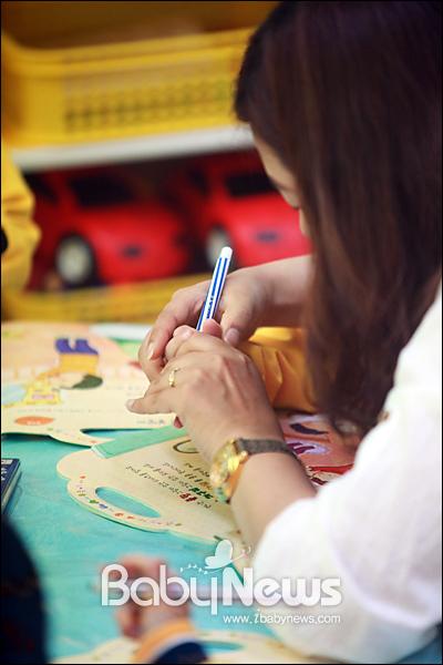 베이비뉴스 이기태 기자 = 행복이가득한어린이집 달빛반 곽미혜 보육선생님이 한 아이에게연필 쥐는 방법을 알려주고 있습니다. likitae@ibabynews.com ⓒ베이비뉴스
