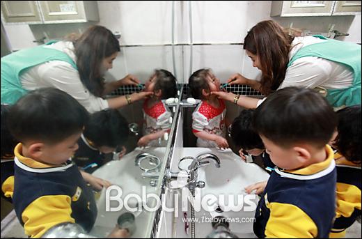 베이비뉴스 이기태 기자 = 행복이가득한어린이집 달빛반 곽미헤 보육선생님이 점심식사를 마친 달빛반 아이들의 칫솔질을 지도하고 있습니다. likitae@ibabynews.com ⓒ베이비뉴스