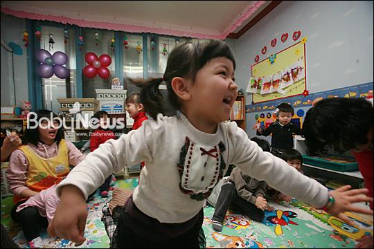 베이비뉴스 이기태 기자 = '보육비 지원 사각지대에 놓인 만 3, 4세' 2012년에 만 4세가 되는 이 아이들은연령차와 보육시설 이용에 따른 보육비 지원에 소득에 따라 지원을 받게 되는보육비 전액지원 대상에서 빠지게 되어 무상보육의 사각지대에 놓이게 됐다.likitae@ibabynews.com ⓒ베이비뉴스