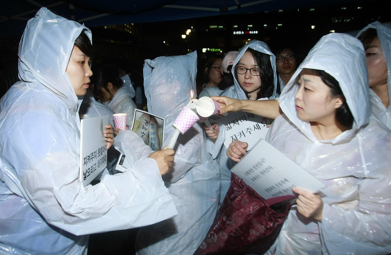 베이비뉴스 이기태 기자 = 아동성폭력 추방을 위한 시민모임 네이버 카페 '발자국' 회원인 아이 엄마들이 지난달 4일 저녁 서울시 중구 봉래동 서울역 광장에 모여 아동성범죄 규탄과 정부 대책 마련을 촉구하는 촛불집회를 갖기 위해 모여 촛불을 붙이고 있다. likitae@ibabynews.comⓒ베이비뉴스