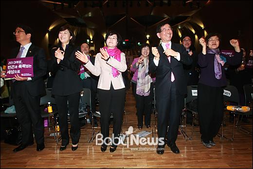 박원순 서울시장이 8일 오전 서울시청 다목적홀에서 열린 29회 한국여성대회에서 여성선언과 퍼포먼스를 벌이다 여성 참석자들과 함께 율동을 하고 있다. 이기태 기자 likitae@ibabynews.com ⓒ베이비뉴스