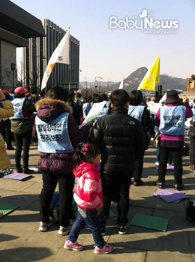 장애가 있는 아이 셋을 홀로 키우는 박진희(38) 씨가 아이들과 함께 서울 광화문광장에서 열린 '발달장애인법 제정촉구 문화제'에 참석해, 발달장애인법 제정을 촉구하고 있다. 정가영 기자 ky@ibabynews.com ⓒ베이비뉴스