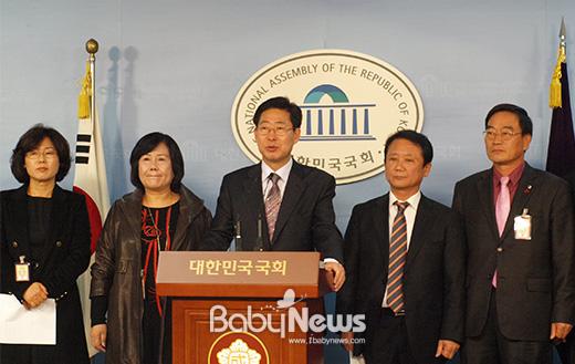 한국민간어린이집연합회는 4일 양승조 민주당 의원과 함께 서울 여의도 국회 정론관에서 기자회견을 열고 민간어린이집의 5대 요구사항을 공개하며, 민간어린이집이 차별받지 않도록 정부가 나서줄 것을 요구했다. ⓒ양승조 의원실