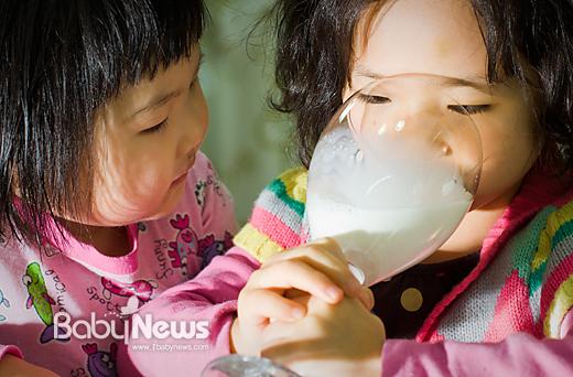 '우유는 보약일까? 독약일까?' 최근 EBS에서 우유의 유해성을 지적하는 방송이 다뤄지면서 우유를 둘러싼 논란이 확산되고 있다. 이기태 기자 likitae@ibabynews.comⓒ베이비뉴스