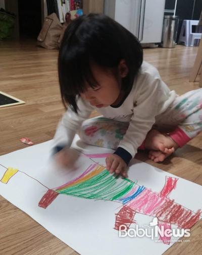 오빠가 그린 나무를 색칠하고 있는 연이. ⓒ황유순