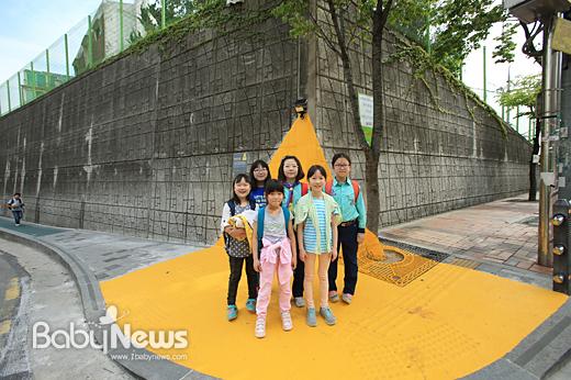 '내친구서울'의 어린이기자 10명이 5일 어린이날을 맞아 박원순 시장과 교통사고 안전지대를 방문, 취재한다. 사진은 서울 성북구에 마련된 교통사고 안전지대 '옐로카펫'. ⓒ서울시
