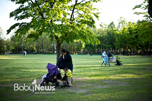서울의 한 공원에서 2자녀를 둔 가족들이 산책을 하거나 나들이를 즐기고 있는 모습. 이기태 기자 likitae@ibabynews.com ⓒ베이비뉴스
