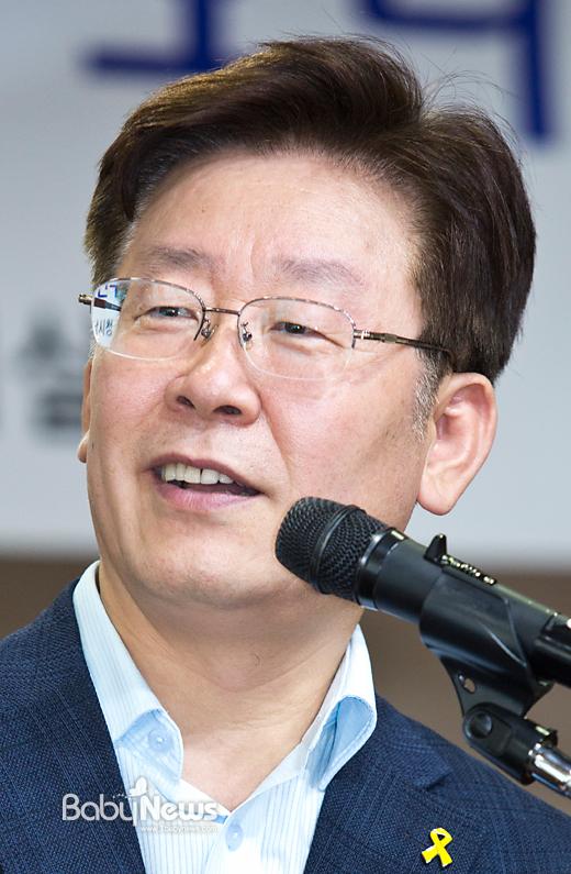 무상복지 산후조리원 정책을 들고나와 주목을 받고 있는 이재명 성남시장을 서면으로 인터뷰했다. 이 시장이 1일 성남시청에서 열린 한 행사에 참여해 발언하고 있다. 이기태 기자 likitae@ibabynews.com ⓒ베이비뉴스