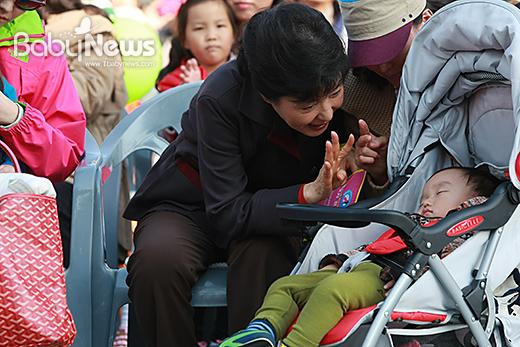 아이를 낳고 키우는 부모, 아이를 위해서 올바른 정책이 무엇인지 세밀하게 되짚어봐야 한다. 이기태 기자 likitae@ibabynews.comⓒ베이비뉴스