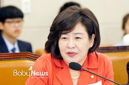 서울의 한 산후조리원에서 23명의 신생아가 결핵 양성 판정을 받은 가운데, 결핵검사시약과 피내용 예방접종약의 공급에 차질이 생겼다는 사실이 국정감사에서 지적됐다. 사진은 관련 내용을 질의하는 장정은 의원. 이기태 기자 ⓒ베이비뉴스