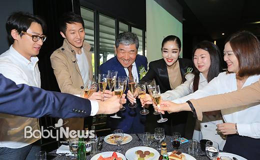 문병욱 라미드그룹 회장(가운데)이 28일 오후 서울 강남 봉은사로 라마다서울 호텔 하늘정원에서 열린 라마다서울 호텔 신규 업장 개업식에서 SNS 업무를 담당하는 젊은 청년들 자리에와서 와인 잔을 들고