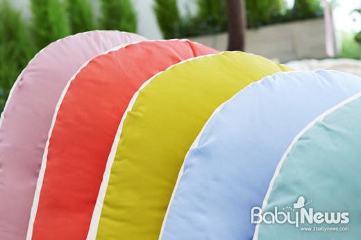 Basic 필로우와 베이비필로우는 파스텔블루, 라일락퍼플, 민트그린, 스칼렛로즈,캔디라임 총 5종의 색상으로 출시됐다. ⓒ유트러스