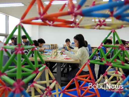 '건축 융합 창의 캠프'에서는 실제 건축 설계도를 이해하며 읽어보고 직접 그려볼 수 있는 시간을 갖는다. ⓒ 아자스쿨