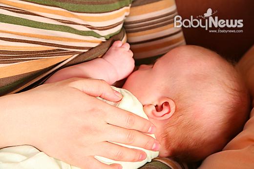 아기는 다양한 감염에 노출돼도 모유 수유로 면역 조절능력을 길러 각종 유해균이나 바이러스에 대처할 수 있다. ⓒ베이비뉴스