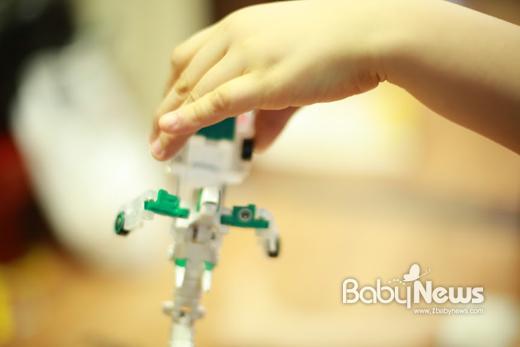로봇 장난감을 좋아하는 민호. 이기태 기자 ⓒ베이비뉴스