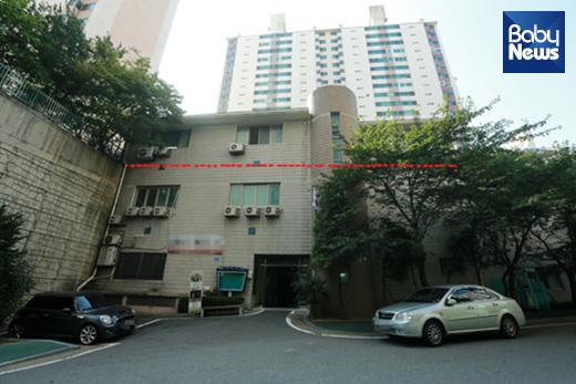 관리동 건물. 언덕 아래에서 보면 지상 3층 건물이지만사실상 1, 2층은 '반지하'라고 볼 수 있다.최대성 기자